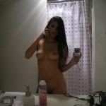 Abel prise en selfie dans salle de bain