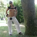Aisha, arabe mature habillée dans un parc