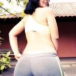 femme arabe mature montre son ses fesses en jogging
