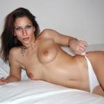Beurette nue Aisha seins nues en train de baisser sa culotte